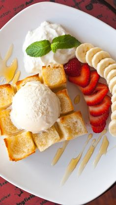 I love Cafe in San Diego: my mouth is watering thinking about Honey Toast. Delicious Desserts, Dessert Recipes, Yummy Food, My Favorite Food, Favorite Recipes, Honey Toast, Bread Toast, Coffee Dessert, No Cook Meals