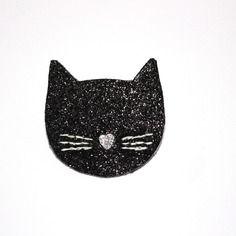 Grande broche chat paillettes noires Pins, badge, écusson, bijou chat, pailletté noir Matériaux utilisés: Simili cuir, Toile  Grande broche en forme de tête de chat, avec ses belles moustaches, en paillettes noires, parfaite pour accessoiriser vos tenues.  Elle mesure environ 4,5 cm de haut et 4,5 cm de large. Arrière de la broche en simili cuir. Support broche épingle en métal. Broche confectionnée à la main.