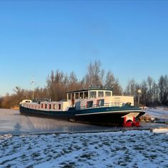 New post online about the cold weather on board. (Link in the bio) #houseboat #houseboats #varendwoonschip #woonschip #wonenophetwater #binnenvaart #myinterior #ship #vessel #maritime #maritiem #meerval #aanboord #luxemotor #inlandshipping #sailing #wayofliving Houseboat Living, Picnic Quilt, Another Day In Paradise, Canal Boat, Houseboats, Tiny House Movement, Tug Boats, Pontoon Boat, Weekend Trips