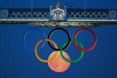 La luna más los anillos olímpicos en Londres, durante el desarrollo de los juegos.