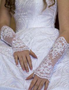 Brautstulpen - Brauthandschuhe  Spitze Perlen  weiß,  creme/ivory - ein Designerstück von Veilnika bei DaWanda