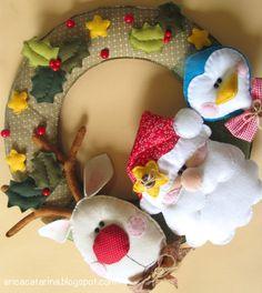 corona-fieltro Felt Christmas Ornaments, Handmade Christmas, Christmas Time, Christmas Crafts, Christmas Decorations, Felted Wool Crafts, Felt Crafts, Erica Catarina, Felt Wreath