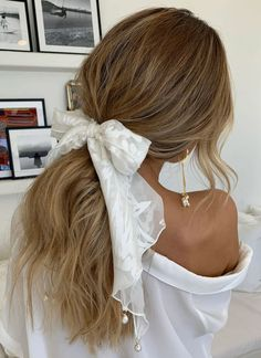 Channel your inner Parisienne in our Loyola pope silk scarf is a luxurious alternative to a veil in our exclusive floral silk burnout. Hair Inspo, Hair Inspiration, Make Up Braut, Scarf Hairstyles, Scrunchy Hairstyles, Grunge Hair, Facon, Bridal Hair Accessories, Wedding Jewelry