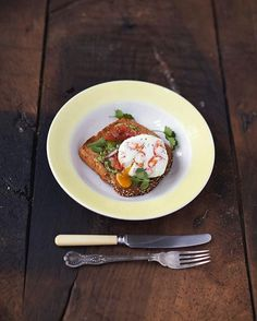 Super Food breakfast! magic poached egg smashed avo and seeded toast. With a kick of chilli,this dish will wake us up and lift our spirits. Quick breakfast from my Everyday Super Food book. Happy Tuesday guys xxxx #breakfast #eggs