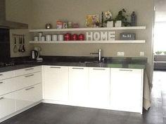 Maar dan zwevende wandplanken van hout in witte hoogglans keuken