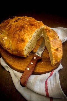 Μια πανεύκολη συνταγή για να έχουμε πανεύκολα φρεσκοψημένο ψωμί στο σπίτι, χωρίς ζύμωμα, χωρίς κανέναν κόπο, ψήνοντάς το μέσα στη γάστρα.
