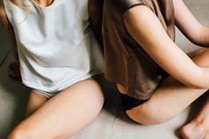 Das in Berlin und Barcelona ansässige Label Diario De Una Couturier fertigt zeitlos schöne Slow Fashion, die die Weiblichkeit feiert und lässig akzentuiert.