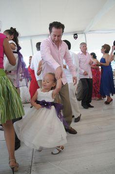 ¡Miguel Bautista luce radiante en la pista con su guayabera Maauad mientras baila con una de las invitadas más bonitas de la boda!