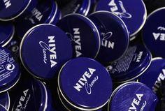 O creme Nívea da lata azul tem várias utilidades, sabia? Para rugas, para o rosto, para os pés, para estrias e muito mais! Aqui você descobre todas!
