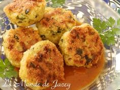 Ein sehr schönes Rezept, in dem man Couscous einmal anders verarbeiten kann. Zutaten: 5 Zwiebeln 3 Knoblauchzehen 4 Eier 1 Bund Petersilie Olivenöl Salz, Pfeffer, Kreuzkümmel Couscous Knoblauch pressen, Petersilie und Zwiebeln fein hacken. Eier und etwas...