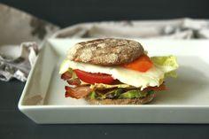 Frühstücksburger mit Avocado und Spiegelei