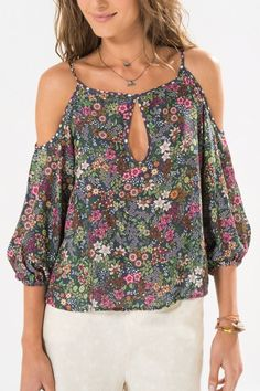 Pretty off the shoulder floral top Blouse Styles, Blouse Designs, Refashion, Fashion Outfits, Womens Fashion, Casual Chic, Casual Looks, Chiffon Tops, Designer Dresses