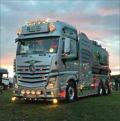 15 Best Trucks In The World [Cool Trucks Pictures] Peterbilt Trucks, Rc Trucks, Big Rig Trucks, Cool Trucks, Semi Trucks, Pick Up, Semi Trailer Truck, Mercedes Benz Trucks, Daimler Benz