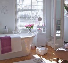 Encontre inspiração para fazer uma decoração de banheiro feminino. Nesse ambiente romântico e calmo, a decoração conta com uma paleta de cores brancas e...