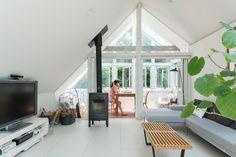モダンな家具が映えるリビング。冬の週末には薪ストーブの炎を楽しむ。