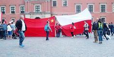 Polsko-Chińska manifestacja pod Zamkiem w Warszawie. Rok 2016 r. Fotorelacja. Polska i Chińska flaga razem!