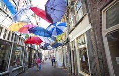 de Vriesestraat was versierd met parapluie's