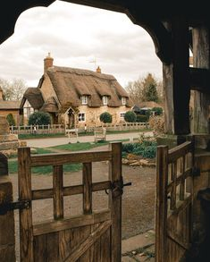 Holidays In England, Iphone Wallpaper Images, Britain Uk, English House, English Cottages, Thatched Roof, Beautiful Landscapes, Gazebo, Outdoor Structures