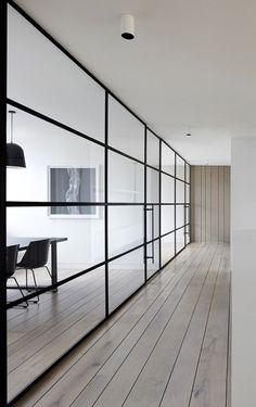Moderne kantoorinrichting. Prachtige houten vloer ook.