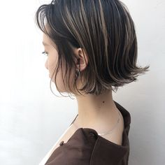 Thinking about giving your medium hair an update? Try a sassy and versatile long bob with bangs. The lob is a great choice for women of all ages because it's classy, timeless and suitable for different types of hair and face shapes. Long Bob Haircuts, Short Bob Hairstyles, Medium Hair Styles, Short Hair Styles, Hair Arrange, Trending Hairstyles, Grunge Hair, Hair Highlights, Fine Hair