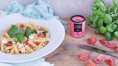 Pasta geht immer! Vor allem im Sommer und gepaart mit frischen Kräutern und Tomaten. Oles Sommerpasta ist schnell gezaubert und super lecker. Zum Rezept!