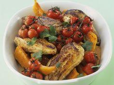 Würziges Hähnchen mit Kirschtomaten und Kürbis | Zubereitungszeit: 45 Minuten | http://eatsmarter.de/rezepte/kuerbis-paprika-eintopf-mit-hackfleischbaellchen