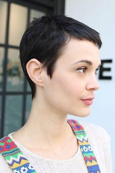 Pixie Haircuts With Bangs 2018 for Women Brünetter Pixie, Short Pixie, Asymmetrical Pixie, Pixie Cuts, Fall Hair Cuts, Short Hair Cuts, Pixie Hairstyles, Pretty Hairstyles, Pixie Haircuts