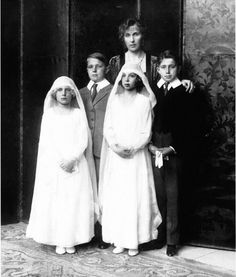 Ena with her children. Maria Cristina and Beatriz's first communion. With Alfonso and Jaime.