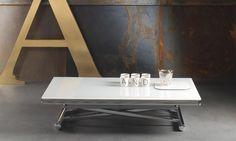 Tavolino pieghevole ed allungabile Genius Genius è un tavolino pratico e versatile. Si adatta a qualsiasi esigenza e passa da tavolino da salotto a tavolo da pranzo per 6/8 ospiti con estrema rapidità e semplicità. L'altezza è regolabile al centimetro grazie al sistema con pistone a gas. Struttura in acciaio cromo e piano in cristallo extrachiaro lucido. Piano in cristallo disponibile in bianco o laccato tortora, grigio, antracite e nero.
