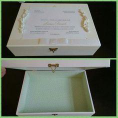 Caixa decorada com convite de casamento. Ideal para noivos !