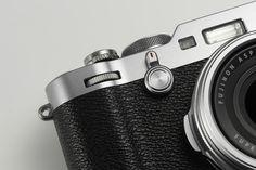 FUJIFILM X100F Stijlvol, klassiek, slank en uniek. Klaar voor het perfecte moment  FUJIFILM vernieuwt vandaag haar gerenommeerde X100 serie met de nieuwe FUJIFILM X100F een stijlvolle en slanke digitale compactcamera met retro uiterlijk uit de X-serie. Uniek door zijn zeer geavanceerde en nog verder verbeterde hybride optische en digitale elektronische zoeker, waarbij een simpele handeling voldoende is om tussen de ene of andere zoeker te wisselen.