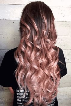 Rose gold ombre hair is a really big trend, and it seems to show no sign of fading away as the weather warms up. Here are some great colour combinations you can put with the stunning pinks to get that rose gold ombre hair. Pink Ombre Hair, Brown Ombre Hair, Ombre Rose, Cabelo Rose Gold, Rose Gold Hair, Pravana Hair Color, Hair Color Balayage, Balayage On Long Hair, Rose Gold Balayage Brunettes