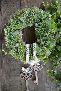 Legend of juicy wreath - Dekoration Hochzeit - Wedding Arrangements Funéraires, Christmas Wreaths, Christmas Decorations, Succulent Wreath, Flower Studio, Wedding Wreaths, Welcome Wreath, Deco Floral, White Wedding Flowers