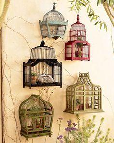 Em se tratando de coleções, gaiolas na varanda são um charme