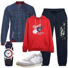 Una giacca di jeans blu, colletto alla coreana a righe, come i polsini, tasche con patta, pantalone sportivo, coulisse in vita, elastico al fondo, stampa. Felpa rossa in cotone, con cappuccio, stampa in contrasto, tasca a marsupio, sneakers in pelle bianca, dettagli in materiale scamosciato grigio, punta tonda, lacci, orologio tondo, cinturino in tessuto blu, quadrante banco in fantasia.