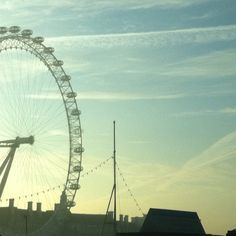 Morning sun behind The #London Eye, Westminster 7°C | 45°F #BurberryWeather