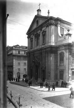 "Rua Garrett Igreja dos Mártires onde Fernando Pessoa foi ""baptizado"" Beautiful Places, Images, Louvre, Photos, Street View, Black And White, Country, Architecture, World"