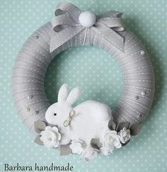 How to DIY you Bunny with 5 minutes Easy Christmas Ornaments, Easter Wreaths, Holiday Wreaths, Christmas Crafts, Easter Projects, Easter Crafts, Felt Crafts, Handmade Felt, Handmade Crafts