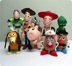 Kit 2 Toy Story feito em feltro. Ideal para decoração de mesas ou quarto. Enchimento siliconado anti-alérgico. Não necessitam de suporte para ficarem em pé.  Peças do kit: 1 Woody (40cm), 1 Buzz (40cm), 1 Jessie (35cm), 1 Cavalo Bala no Alvo (30cm), 1 Sr Cabeça de Batata(20cm), 1 Sra Cabeça de Batata(20cm), 1 Rex(30cm), 1 Porcão(22cm) e 1 Cachorro de Mola(20cm).  (OBS.: O custo do frete é por conta do comprador) R$ 779,00