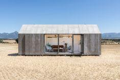 """Kompakt und mobil: Portable House ÁPH80 Das spanische Architekturbüro Ábaton Arquitectura bringt auf kleinster Fläche alle Funktionen des komfortablen Wohnens zusammen. Dabei handelt es sich nicht um ein normales Wohnhaus, sondern um ein vorgefertigtes, mobil transportierbares """"Portable House"""", das jederzeit und überall platziert werden kann."""