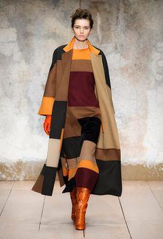 Laura Biagiotti omaggia Burri e Canova Laura Biagiotti, Classy And Fabulous, African Fashion, Casual Chic, Ai 2017, Runway Fashion, Knitwear, 18th, Kimono Top