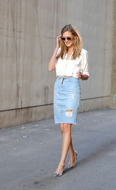 Tip: Don't Fear Distressed Denim One rip or two won't kill ya. To ensure you're maintaining an elevated ensemble, pair your distressed denim skirt with a sleek (and tucked in) button-down. Then throw on a skinny belt for good measure Jupe Crayon Denim, Denim Pencil Skirt, Pencil Skirts, Denim Look, Distressed Denim, Ripped Denim, White Denim, Outfits Con Camisa, Feminine Fashion
