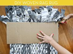 DIY woven rag rug you can make from old sheets Diy Tricot Crochet, Crochet Rugs, Rag Rug Diy, Diy Rugs, Homemade Rugs, Rag Rug Tutorial, Old Sheets, Braided Rag Rugs, Rug Loom