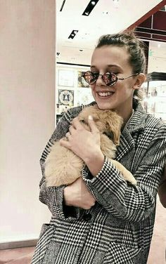Even dogs love her Millie Bobby Brown, Post Malone, Stranger Things, My Big Love, Brown Dog, British Actresses, Bobbi Brown, My Idol, Youtubers