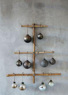 DIY Noël : créer un arbre de Noël avec du bambou et des boules