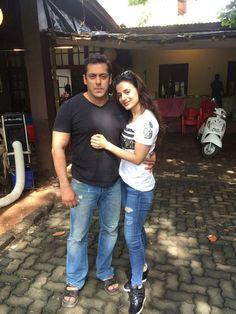 "Check out Ameesha Patel on the sets of ""Prem Ratan Dhan Payo"" with Salman Khan. Handsome Celebrities, Indian Celebrities, Bollywood Celebrities, Bollywood Girls, Bollywood Stars, Bollywood Fashion, Saif Ali Khan, Aamir Khan, Bollywood Heroine"