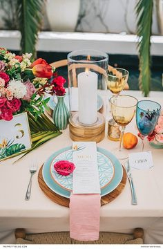 A sunshine, tropical inspired wedding with bright colours and an opulent bouquet! https://www.theprettyblog.com/wedding/tropical-wedding-inspiration-fun-bride/