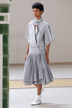 View the complete Lemaire Spring 2017 collection from Paris Fashion Week.