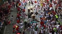PAMPLONA. El primer encierro de las fiestas de 2014, con toros de Torrestrella, que fueron lidiados por la tarde en la plaza por los diestros Antonio Ferrera, Miguel Abellán y David Mora.(EFE)