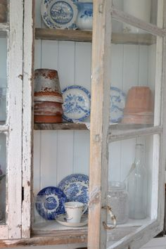 Shabby chic with blue and white! White Cottage, Cozy Cottage, Cottage Living, Cottage Style, Rustic Cottage, French Cottage, Country Living, Vintage Country, Vintage Decor